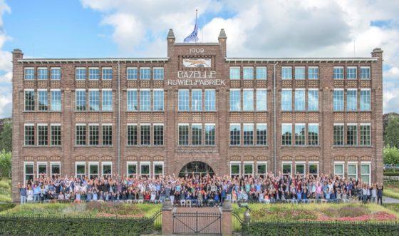 Gazelle maakt historische personeelsfoto voor fabriek